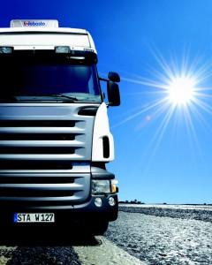 Parkert lastebil med aircondition for behagelig inneklima